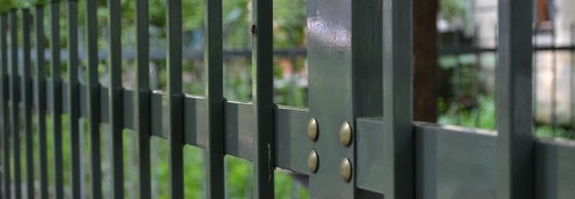 Как самостоятельно сделать недорогой забор из профильной трубы