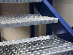 Применение материала в изготовлении металлических лестниц