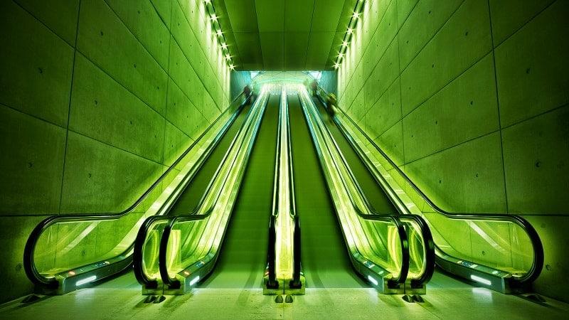 Эскалатор с освещением зеленого цвета