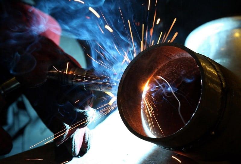 Разрезание металлической трубы